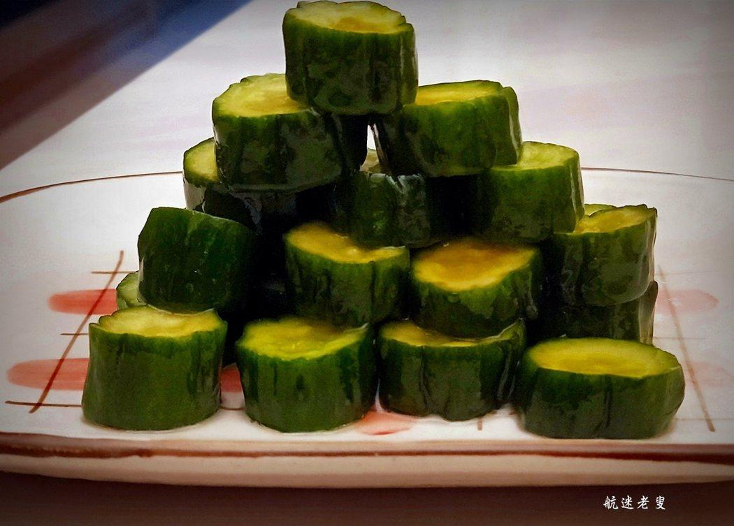做醃黃瓜一定要選擇新鮮的黃瓜,如果黃瓜不夠新鮮,醃好的黃瓜口感就不夠脆。