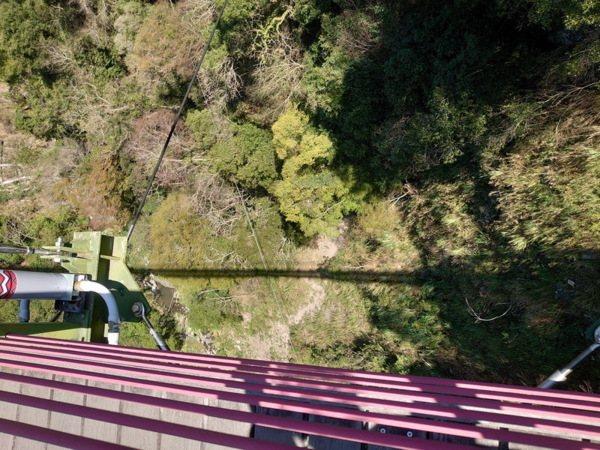 吊橋底下的山谷
