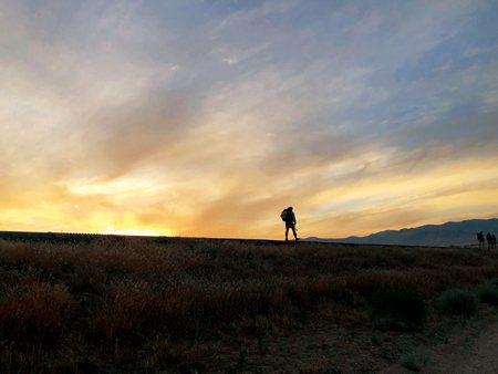圖說:●趁著夜晚,兒子越過Mojave沙漠(照片/任珮鳳提供)