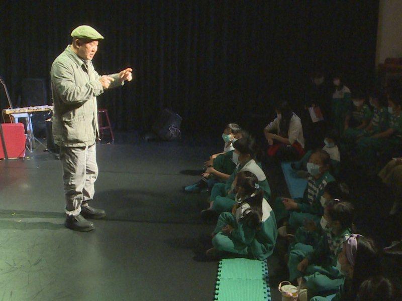 淡水國小美術班的學童免費入場欣賞「身聲劇場」的藝術表演。 圖/紅樹林有線電視提供