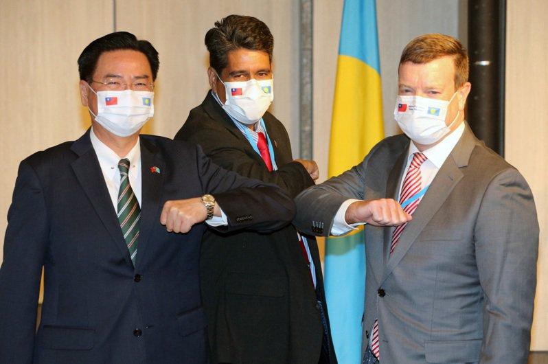 帛琉總統惠恕仁(中)昨天在外交部長吳釗燮(左)陪同下舉行記者會,美國駐帛琉大使倪約翰(右)也出席,三人互動熱絡。記者胡經周/攝影