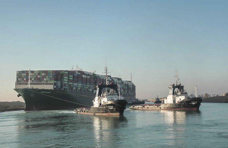 長賜號在蘇伊士運河重新浮起,前方兩小船為拖船。美聯社