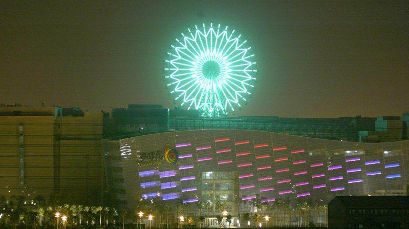 高雄統一夢時代摩天輪點燈,讓高市又多了一處浪漫夜景景點。圖/聯合報系資料照