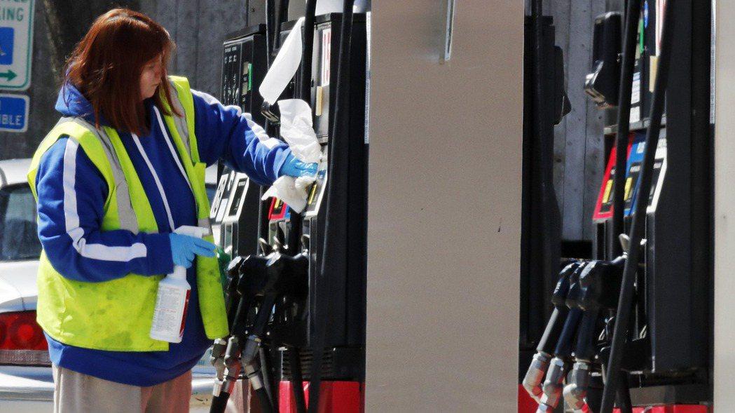 美國汽油需求與零售價格正同步走高。圖/美聯社