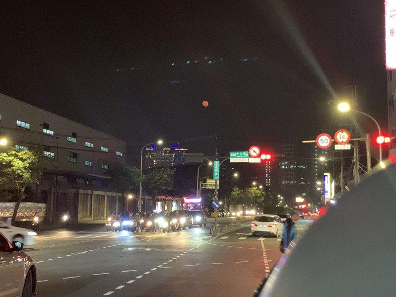 昨有不少民眾拍下俗稱「血月」的紅色月亮,引發網友討論。記者趙宥寧/攝影