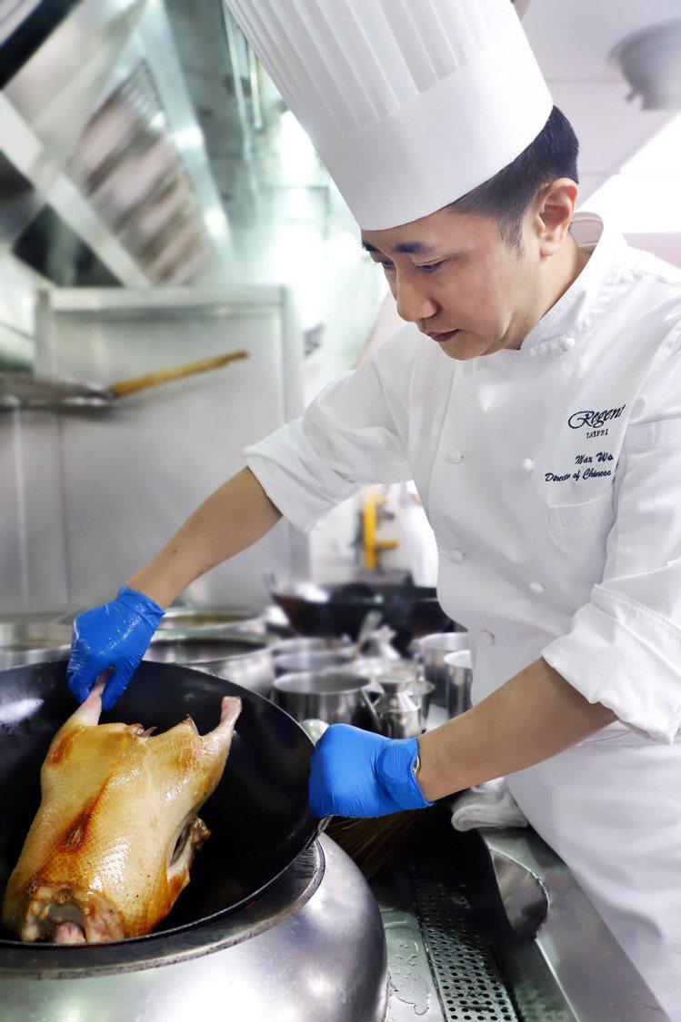 陳皮老薑碌鵝是一道極為費工,並考驗著廚師掌握火侯的功夫菜。圖/台北晶華提供