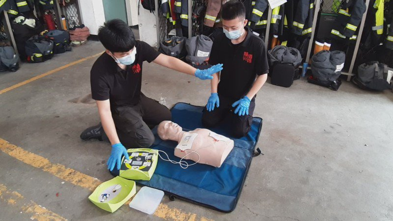 當要開啟AED的電擊功能時,所有人都要退開,不能碰觸病患。記者何祥裕/攝影