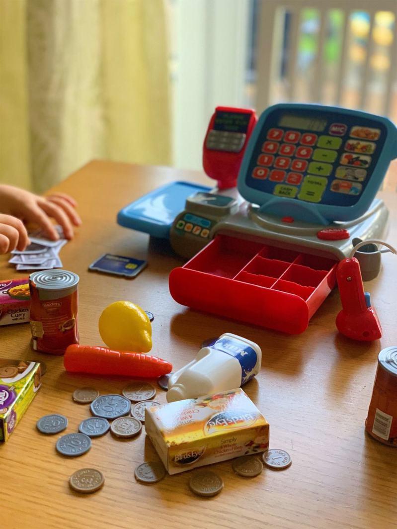 TEAMSON Kids聲光超市結帳收銀組,附有信用卡,刷卡聲音逼真,500福利點+799元即可入手,限量2,000組。圖/全聯福利中心提供