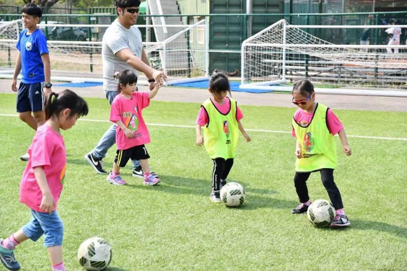 台中市獲得教育部體育署5億元補助,將打造足球園區,台中市運動局聘請足球教練,推廣迷你足球運動。圖/台中市運動局提供