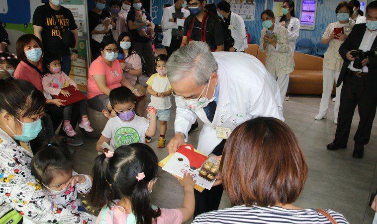 北榮副院長陳威明發放禮物給現場小朋友。圖/北榮提供
