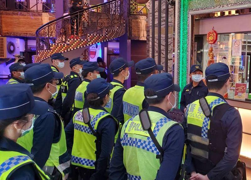 立委葉毓蘭說,警察執行各種專案,上頭要求「有業績」,警察就會想盡辦法拚績效,圖為2月間台中警方「安城專案」。圖/警方提供