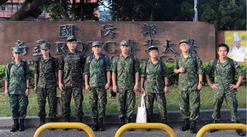 圖為清華大學第一屆國防學士班學員生,每周六都到部隊接受軍事訓練。 圖/清大提供