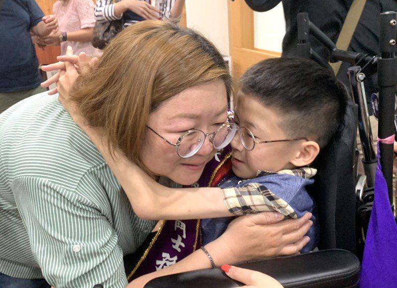 高雄市登發國小罕病學童孫翊倫感謝媽媽的陪伴。記者徐如宜/攝影