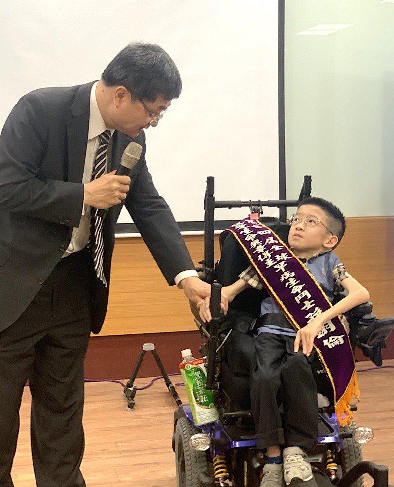 高醫大校長鐘育志(左)鼓勵登發國小罕病學童孫翊倫(右)。記者徐如宜/攝影