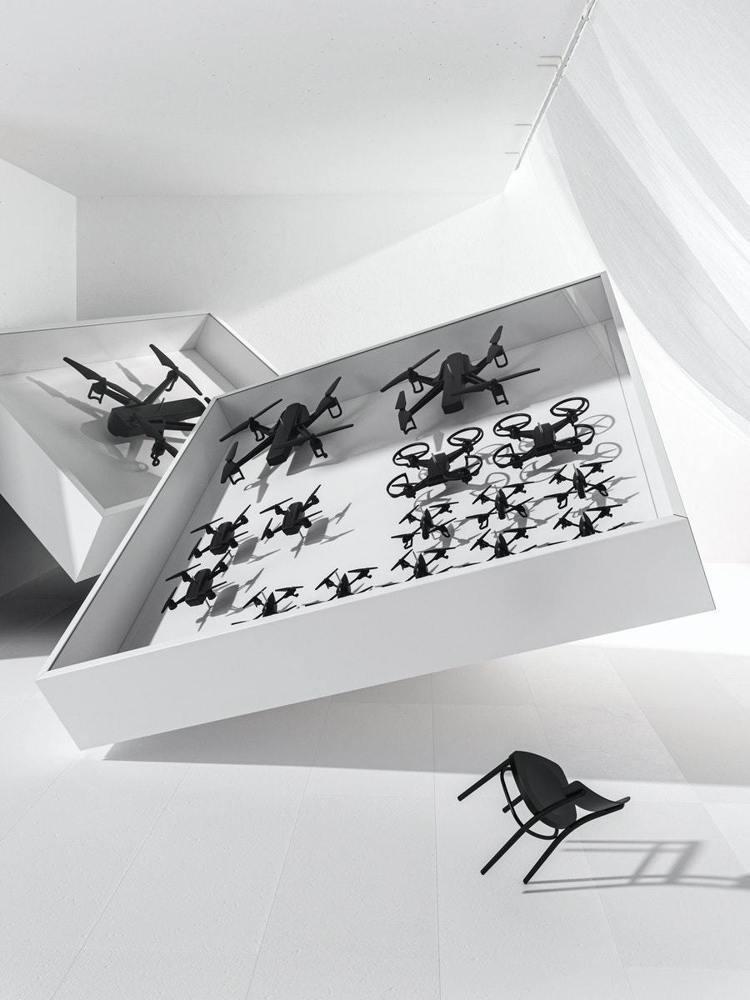 Humans since 1982工作室將無人機放入鋁製展示櫃裡。圖/IKEA提...
