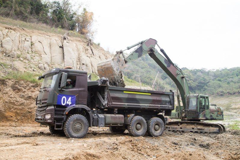 陸軍52工兵群今日起即於鯉魚潭水庫開挖淤泥,希望在汛期來臨前有效增加水庫蓄水量。圖/軍聞社