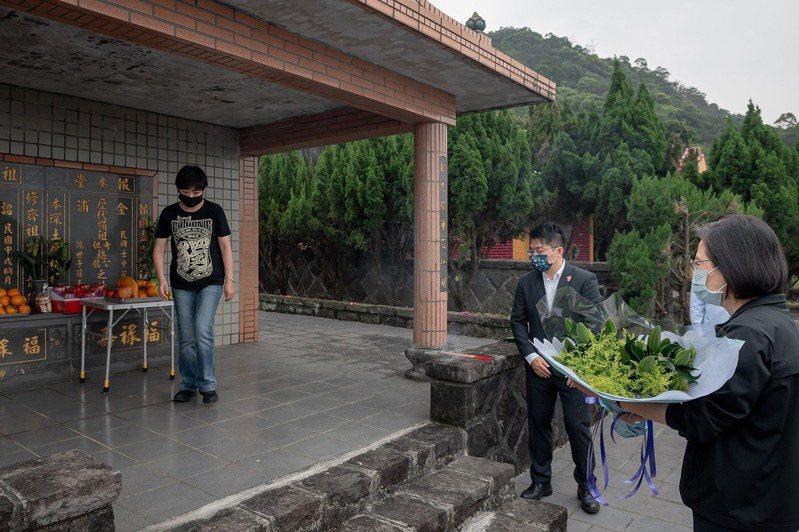 蔡英文總統日前到墓園祭拜台獨運動先驅史明。圖/取自蔡英文臉書