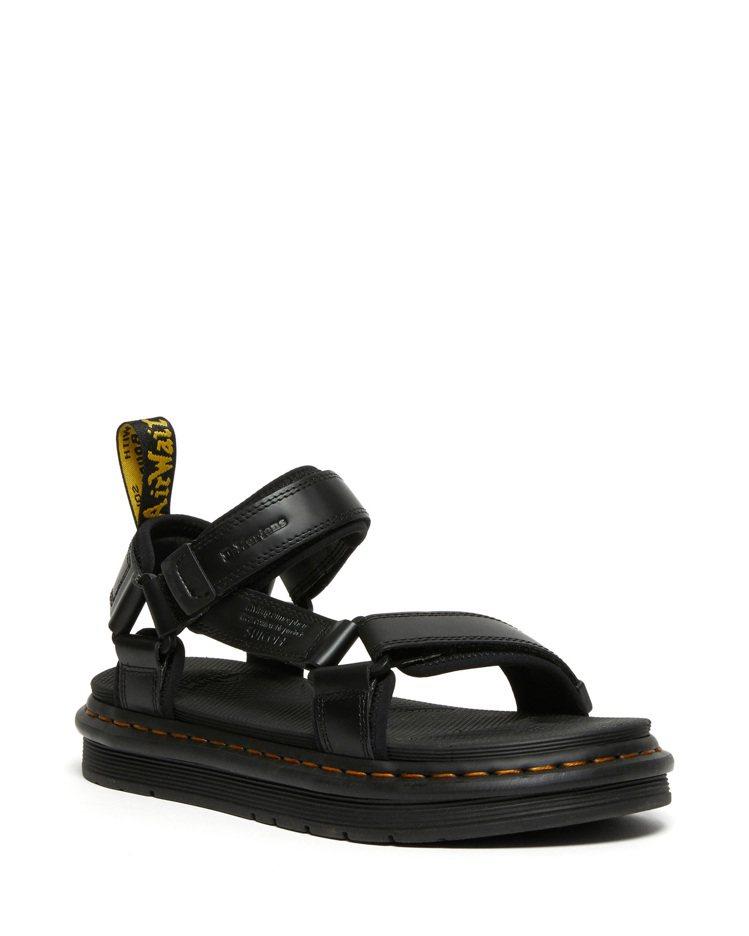 SUICOKE與DR. MARTENS聯名DEPA涼鞋約6,300元。圖/SUI...