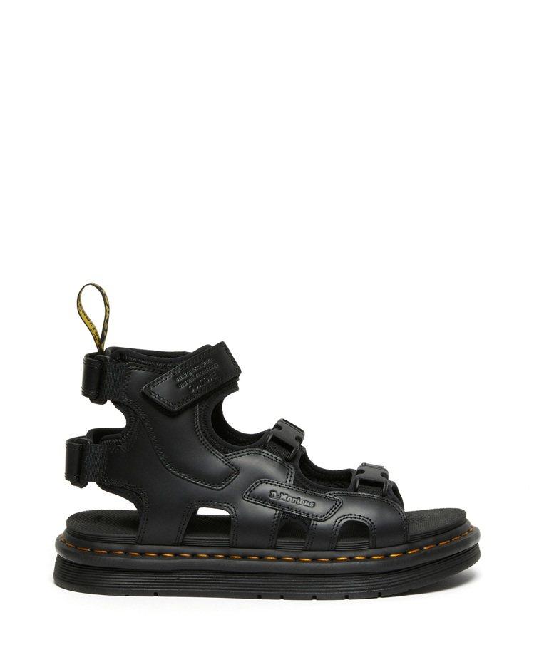 SUICOKE與DR. MARTENS聯名BOAK涼鞋約6,600元。圖/SUI...