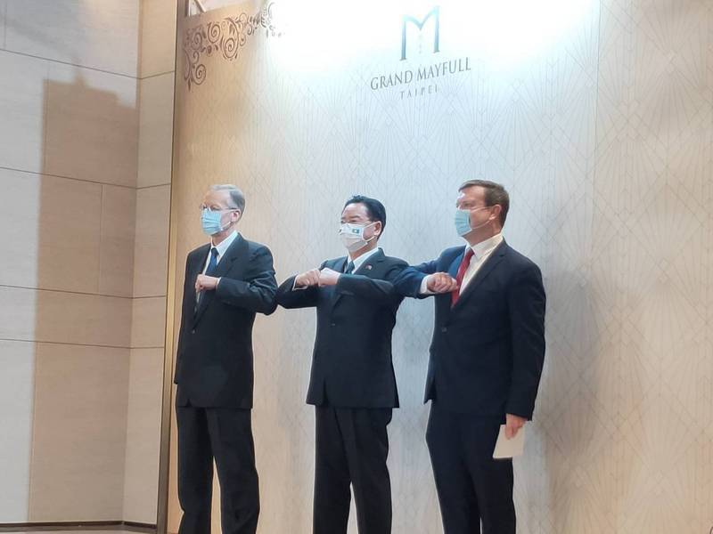AIT處長酈英傑(左)、外交部長吳釗燮(中)、美國駐帛琉大使倪約翰(右)擊肘致意。記者徐偉真/攝影
