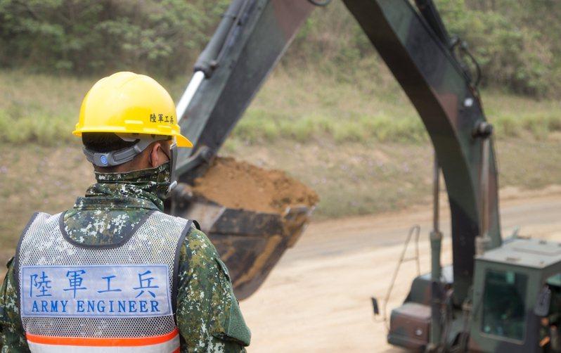 國防部投入五百餘名工兵展開水庫清淤任務。圖/國防部