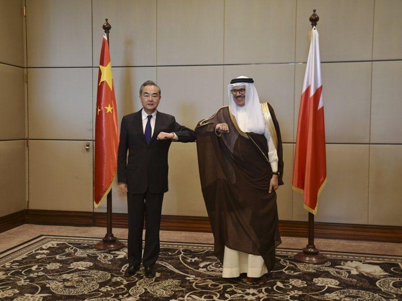 大陸國務委員兼外交部長王毅(左)與巴林外交大臣扎耶尼舉行會談。新華社