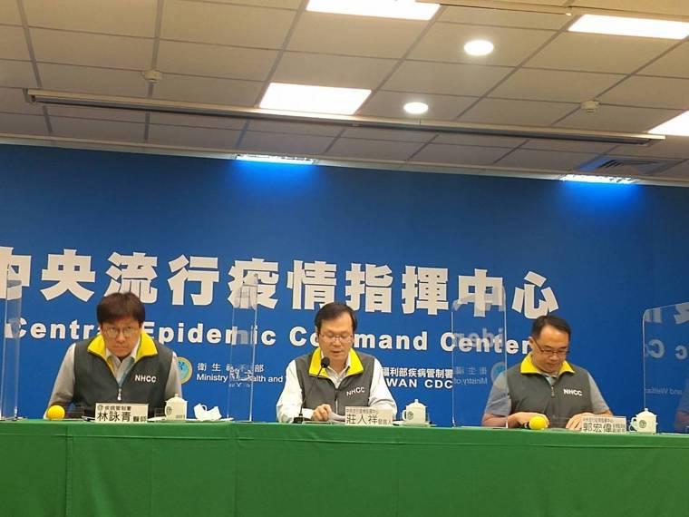 中央流行疫情指揮中心3月30日14:00記者會出席名單由左到右為疾病管制署預防醫...