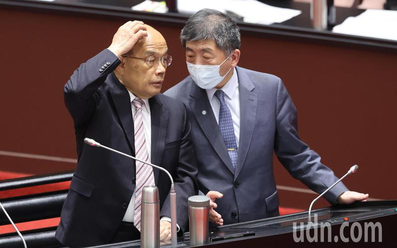 衛福部長陳時中(右)今天到立法院備詢,在答詢時與行政院長蘇貞昌(左)頻頻交換意見。記者曾學仁/攝影