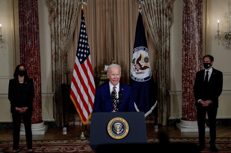 美國總統拜登(中)誓言重拾國際領導力,重建盟友關係,讓外交工作更具吸引力。圖為拜登今年2月在國務院發表談話。路透