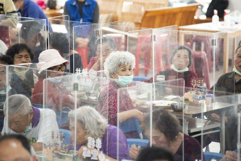 新竹市政府最近選定南勢區開辦第61處共餐食堂,市長林智堅今天中午到場陪長者用餐,讓阿公阿嬤都很開心。圖/新竹市政府提供