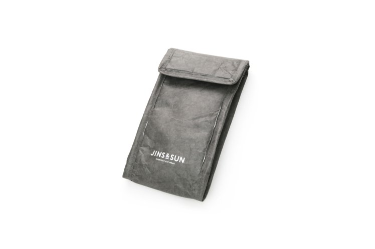 由DUPON公司的泰維克材料製成的眼鏡袋,兼具強韌度及防潑水效果。圖/JINS提...