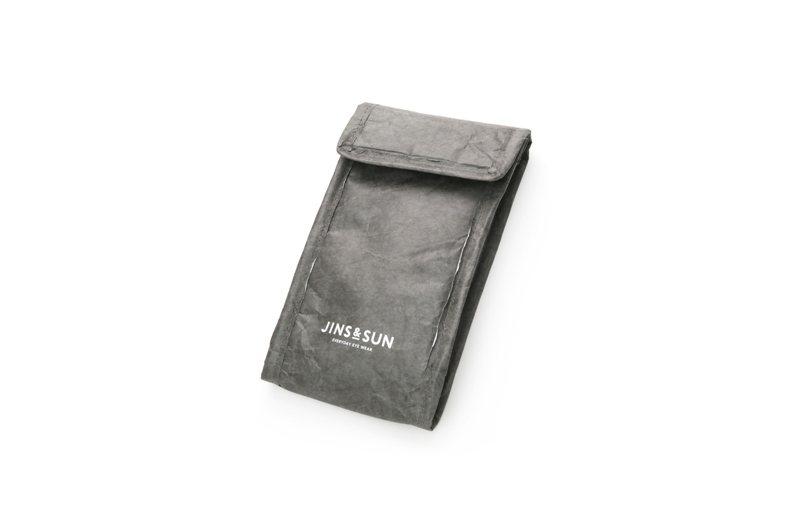 由DUPON公司的泰維克材料製成的眼鏡袋,兼具強韌度及防潑水效果。圖/JINS提供
