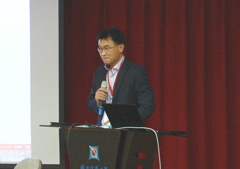 農委會主委陳吉仲今天出席學者發起的藻礁溝通平台座談會,提到多位中興大學老師罹患肺腺癌哽咽說不出話來。圖/中興大學提供