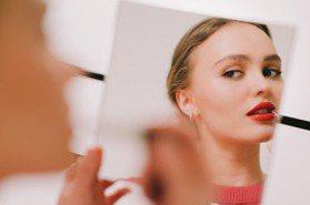 少了唇膏不算完妝!「厭世美少女」莉莉蘿絲最愛香奈兒COCO星綻唇膏色號是它