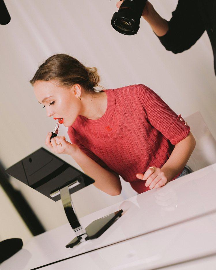 莉莉蘿絲‧戴普為香奈兒COCO星綻唇膏形象代言人。圖/香奈兒提供