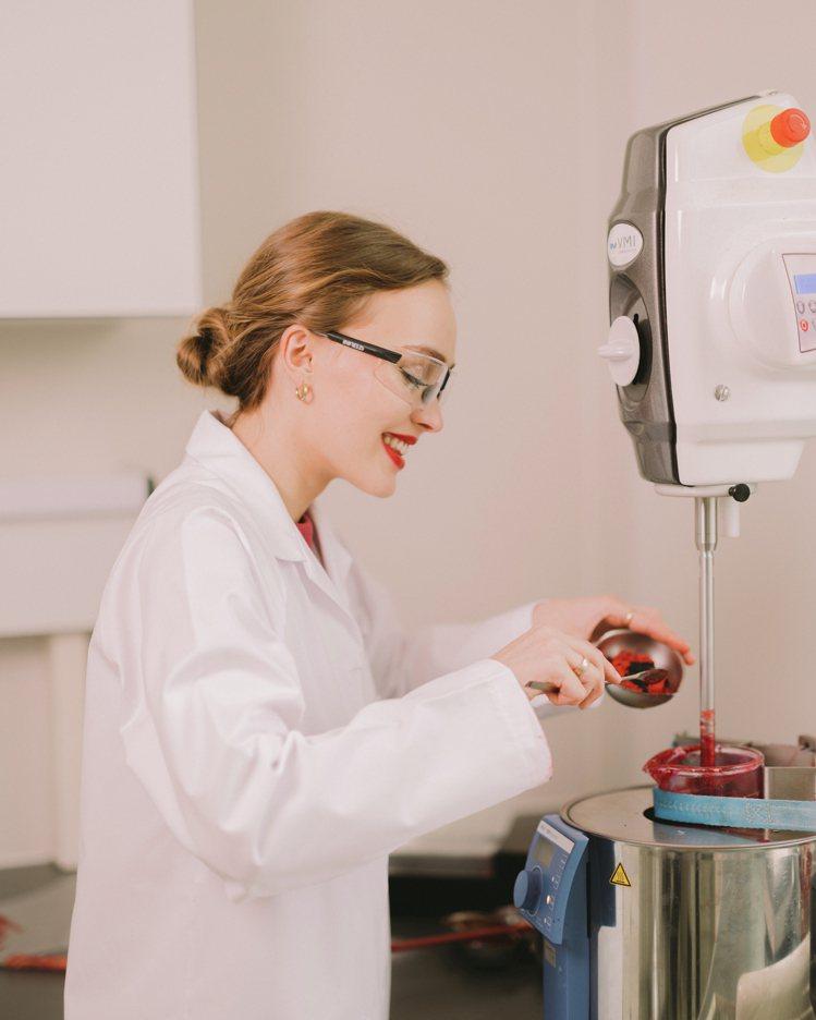 莉莉蘿絲‧戴普嘗試製作出最愛的香奈兒COCO星綻唇膏#140生命。圖/香奈兒提供