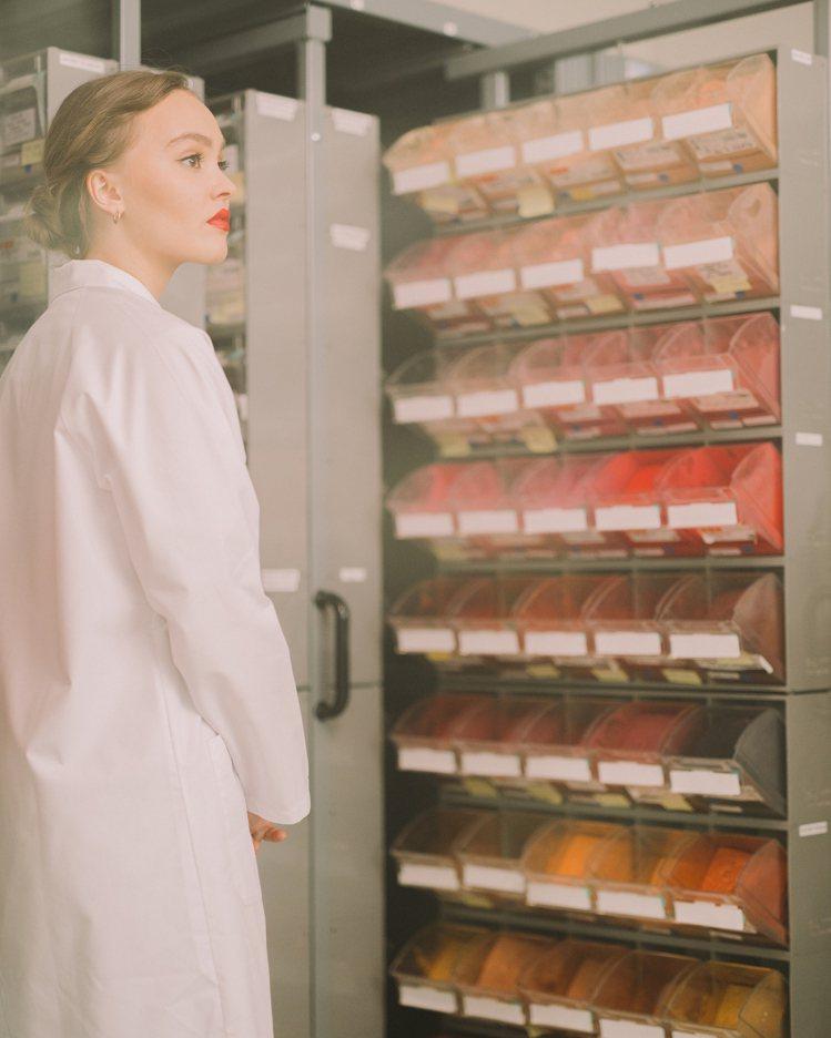 莉莉蘿絲‧戴普探訪香奈兒龐坦彩妝實驗室。圖/香奈兒提供
