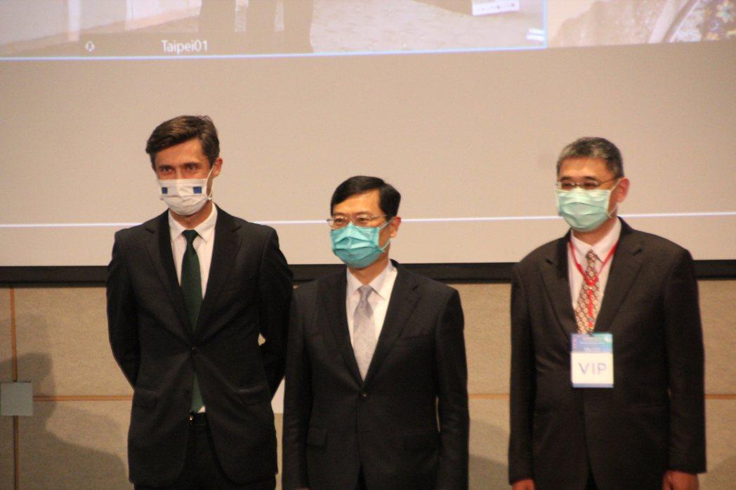 高哲夫(圖左一)認為,台灣要成為國際離岸風電中樞,就要用開放、落實態度來看到國產...