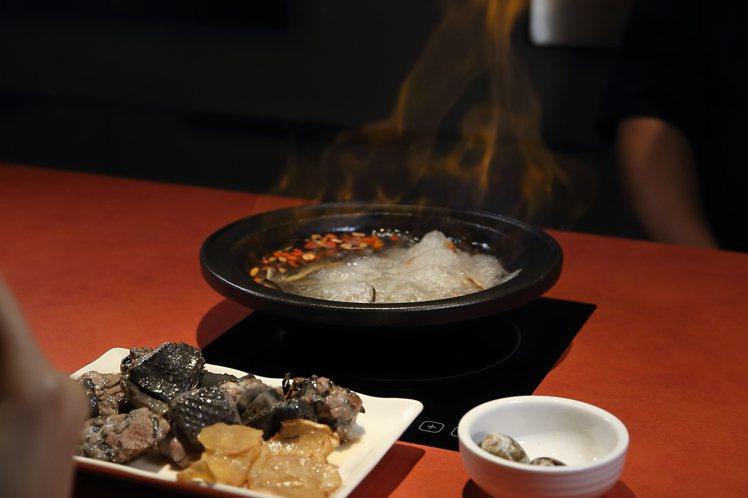 萬客燒酒雞鍋點燃後,陣陣烈焰帶來強烈的視覺效果。記者陳睿中/攝影