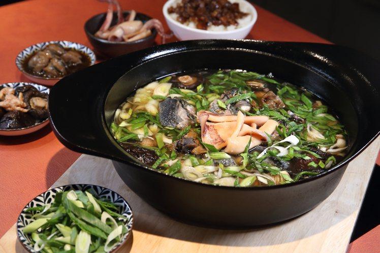 將經典酒家菜轉為鍋物的「萬客魷魚螺肉蒜烏骨雞鍋」,每份398元。記者陳睿中/攝影