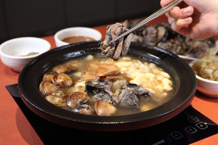 「爆炒蒜頭蛤蠣烏骨雞鍋」有著濃郁的蒜香,每份368元。記者陳睿中/攝影
