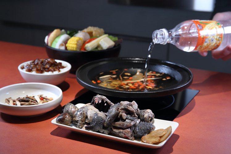 「萬客燒酒雞鍋」是以整罐19度料理米酒作為湯底,可視喜好選擇全燒、半燒、不燒的狀...
