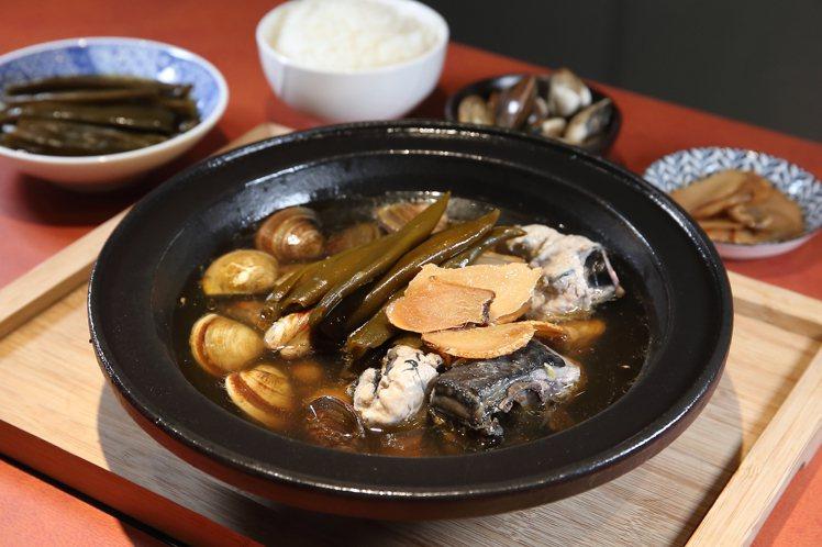 剝皮辣椒烏骨雞鍋,有著清甜微辣的順口風味,每份368元。記者陳睿中/攝影