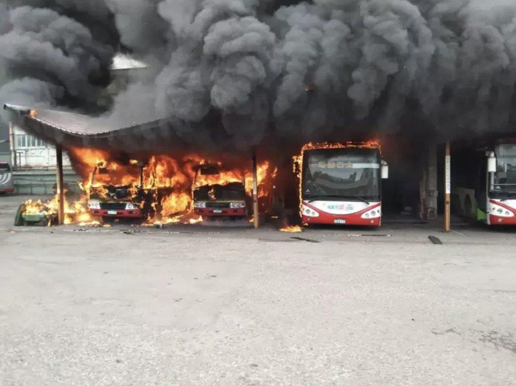 桃園客運修車廠3月9日大火,7輛電動巴士燒毀。圖/報系資料照