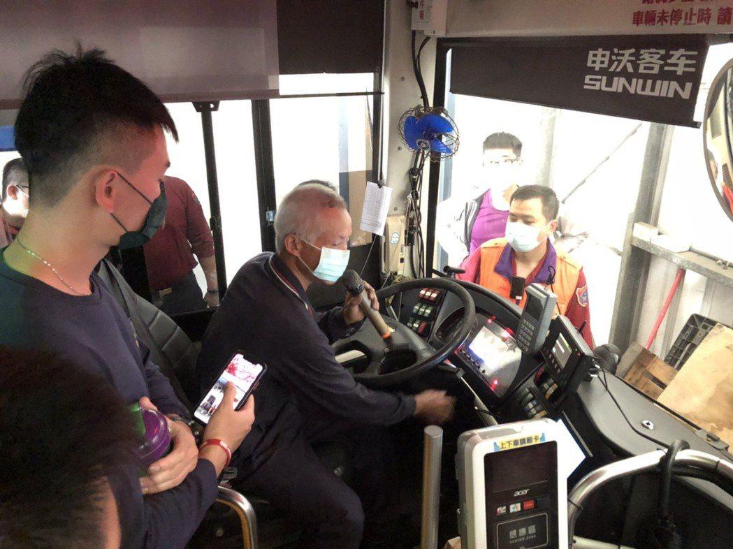 大林分隊今和桃園客運舉辦電動巴士車輛搶救教育訓練,由桃客維修廠技師針對車體構造詳...