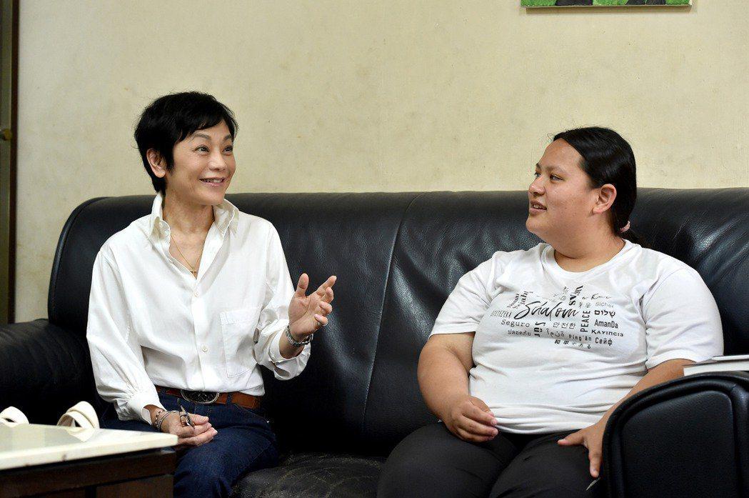 張艾嘉傳授個人經驗給弱勢少女小玲。圖/台灣世界展望會提供