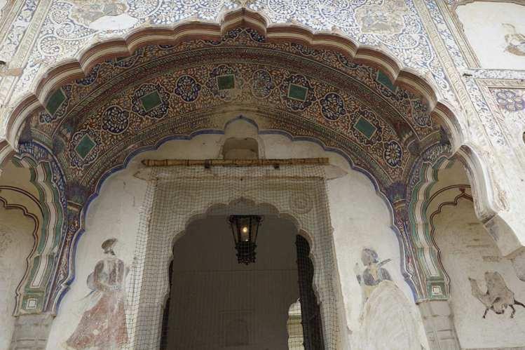 立面壁畫是數百年前,古堡主人聘請藝術家手繪而成。圖/寬庭美學提供