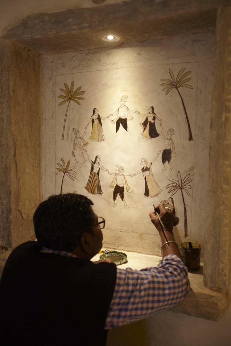 工匠正以無與倫比的手藝進行修復。圖/寬庭美學提供