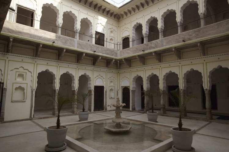 位於古堡中庭的噴泉。圖/寬庭美學提供
