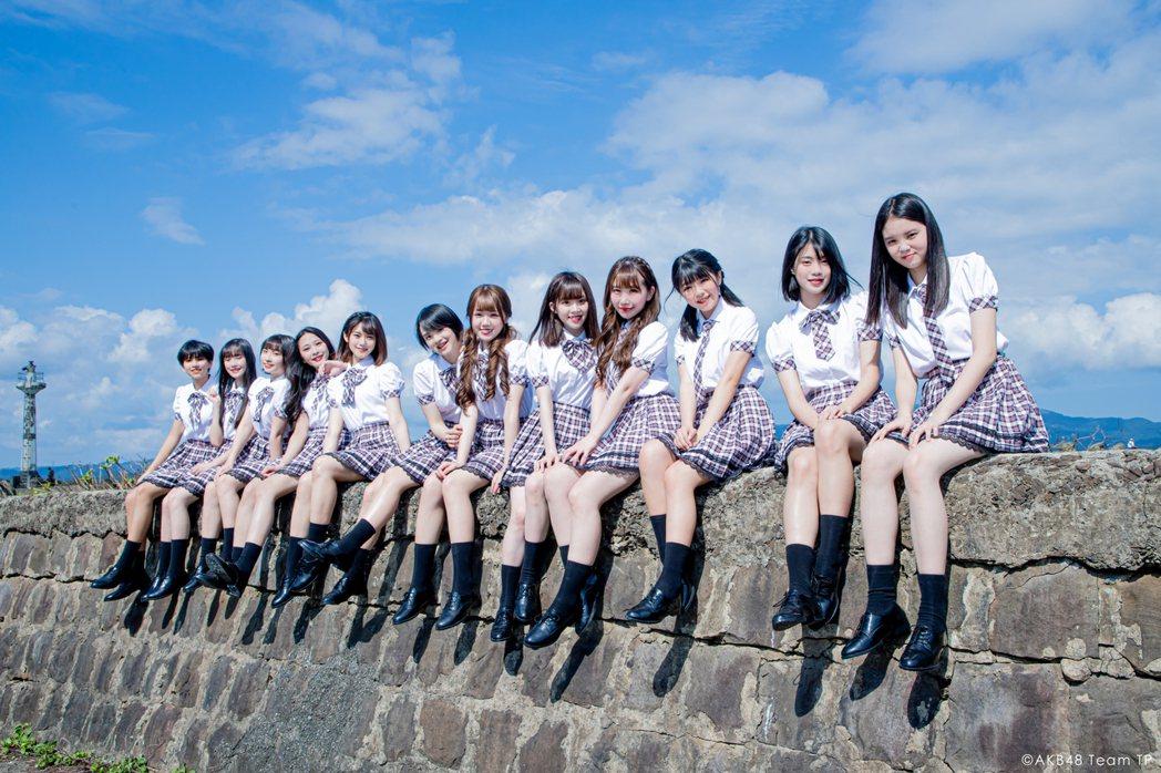 AKB48 Team TP穿上經典格子制服裙,日系清新風格讓人戀愛。圖/好言娛樂